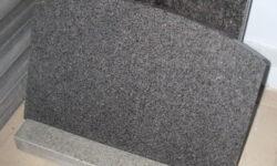 hauaplaat-tumehall-graniit-kaarega-servad-poleeritud