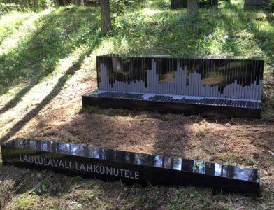metsakalmistul-muusikute-liit-Kirke-Kangro-laululavalt-lahkunutele-mälestuskivi-eest-vaade